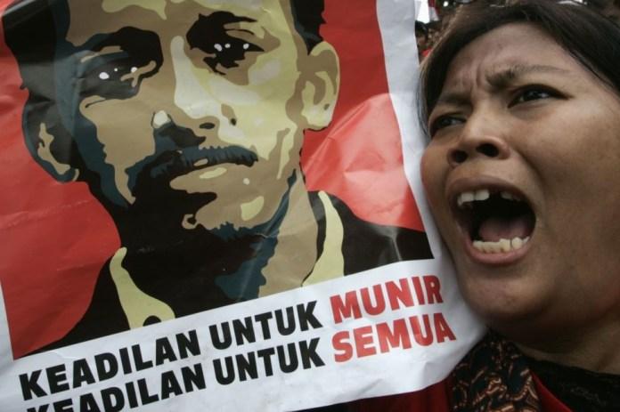 Salah satu pengunjuk yang menyuarakan HAM untuk Munir/Foto via VOA/Nusantaranews
