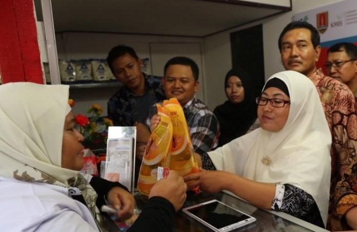 Simulasi E-Warung di Semarang Jumat (281012016).Foto Dok. Menko PMK