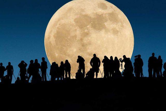 Berburu supermoon (bulan super) sebuah fenomena alam paling langka di bumi. Foto via Telegraph