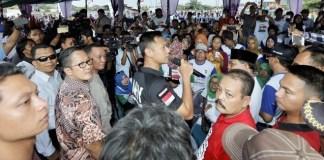 Cagub Agus saat berdialog dengan warga, RW 08, di Lapangang Albo, Cakung Barat, Jakarta Timur, Senin (31/10)/Foto: IST