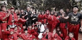 Cagub DKI Jakarta Agus Harimurti Berfoto Bersama Pesilat Betawi. Foto Dok. @AgusYudhoyono
