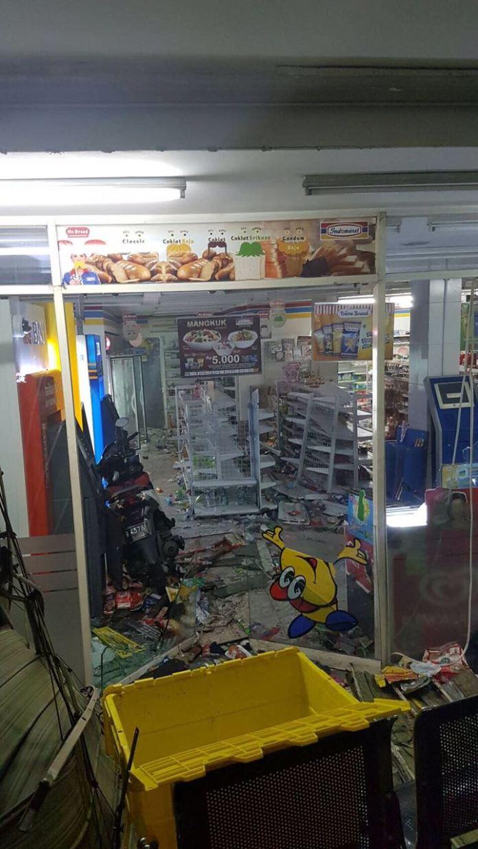 Sebuah Minimarket Rusak Parah Akibat Insiden Aksi Anarkis 4 November. Foto Tempo
