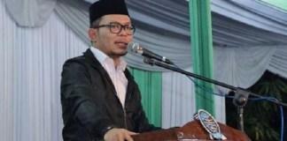 Menaker saat sambutan di Haul Alm. KH. Aqiel Siroj ke-27 dan Khotmil Qur'an ke-27 di Ponpes Khas Al-Jadid, Kempek, Cirebon, Sabtu (5/11)/Foto: Dok. Humas Kemnaker