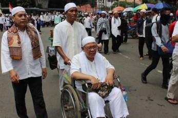 semangat aksi damai 4 november, peserta aksi lain iku dorong kursi. Foto Andika/Nusantaranews