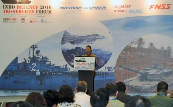 Menteri BUMN Rini Soemarno saat menjadi pembicara utama dalam Seminar Internasional Industri Pertahanan dalam