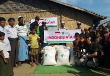Penyerahan bantuan oleh masyarakat indonesia melalui domper dhuafa diberikan kepada korban rakhine, Myanmar. Foto Dok. Pribadi