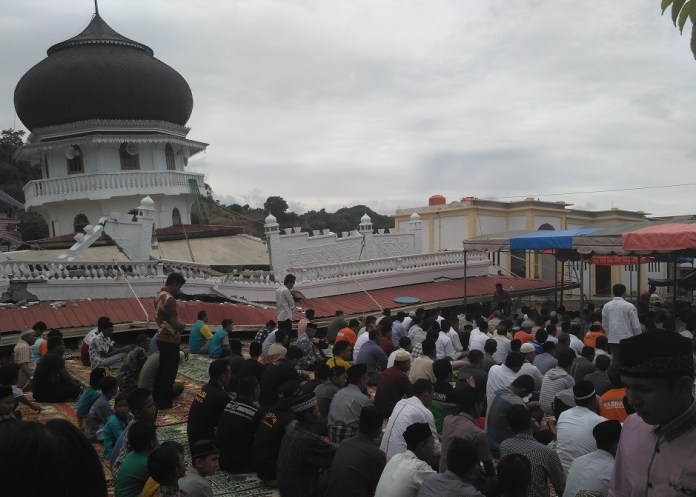 Warga Pidie Jaya menjalankan shalat jum'at. Foto andika/nusantaranews