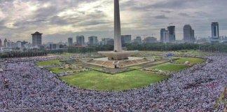 Wajah Monas dibaluti umat Islam dalam rangka Aksi Super Damai 2 Desember/Foto: Dok. Istimewa (@ozhanholmes)