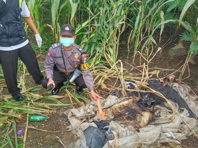 Polisi Ponorogo saat melaukan olat TKP penemuan mayat laki-laki di Dukuh Ngemplak, Desa/Kecamatan Sawoo, Ponorogo/Foto Nurcholis