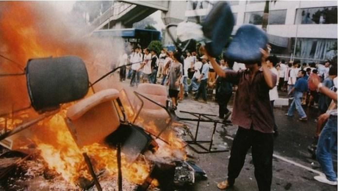 Kerusuhan saat krisis moneter melanda Indonesia tahun 1998. Foto IST