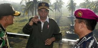Presiden Jokowi didampingi Panglima TNI Jenderal TNI Gatot Nurmantyo dan Kasal Laksamana TNI Ade Supandi/Foto: Dok. jakartagreater.com