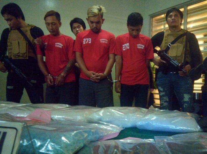 Tiga kurir pengedar narkoba ditangkap polrestabes Surabaya. Foto Tri Wahyudi/Nusantaranews