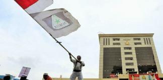 Laskar FPI mengibarkan bendera Merah Putih di depan Mabes Polri/Foto: detikcom