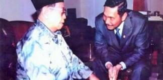 Luhut Binsar Panjaitan dan KH Abdurrahman Wahid (alm) suatu ketika/Foto: Dok. Syariah Center