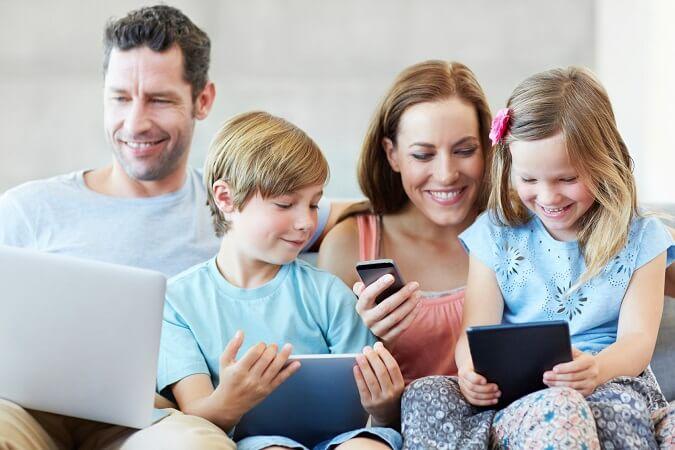Ilustrasi Anak-anak Usia 11-15 Tahun Sudah Pegang Ponsel sejak dalam keluarga/Foto: Dok. ispyatl.com