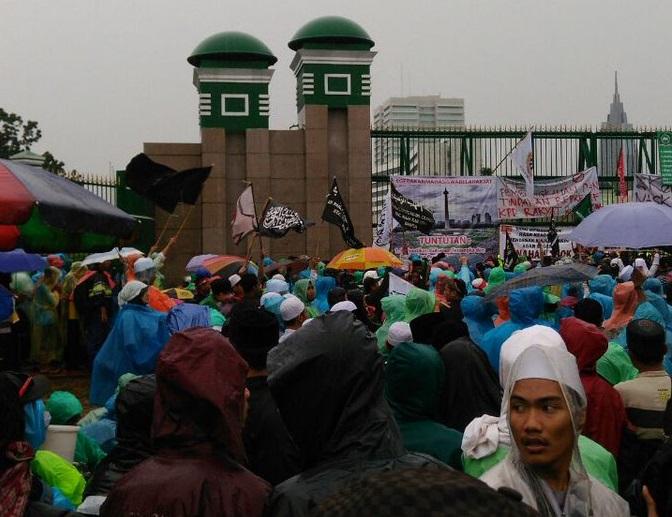 Hujan Tak Halangi Aksi 212 Datangi Gedung DPR/Foto via @Jims_Ng
