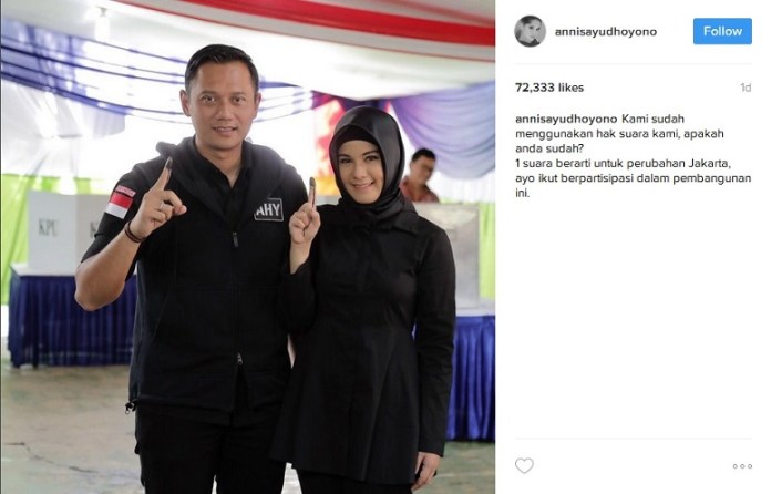 Annisa Pohan bersa sang Suami, AHY, mengacungkan tulunjuk berlumuran tinta usai mencoblos/Foto: Dok. IG annnisayudhoyono