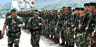 Pangdam XIII Merdeka Mayjen TNI Ganip Warsito saat memimpin upacara penyambutan/Foto: Dok. cendananews.com