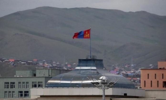 Bendera Mongolia berkibar. Foto REUTERS/Jason