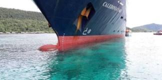 Kapal pesiar Caledonian Sky menabrak terumbu karang yang dilindungi di kawasan Raja Ampat pada Sabtu, 4 Maret/ Foto: Dok. Stay Raja Ampat (fb)