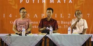 """Tia Setiadi bersama Penyair Iman Budhi Santoso saat mengisi acara """"Mancing Sastra: FPB 2"""", Jumat 14 April 2017. Foto: Dokumentasi Joko Sucipta"""