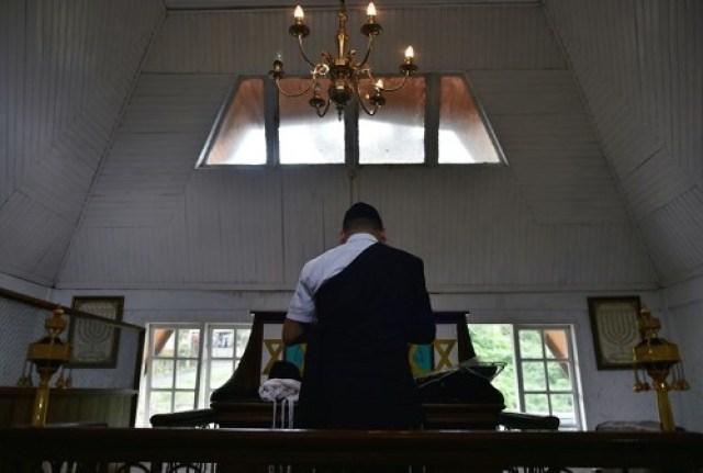 Ruang berdoa dalam sinagoge di Tondano. Foto AFP