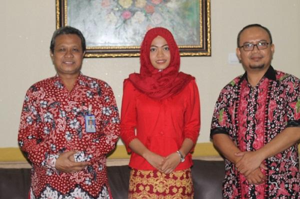 Anita Afifatuz Zahro foto bersama Rektor (kiri) dan Wakil Rektor III (kanan). Foto: Rosidi/Humas UMK
