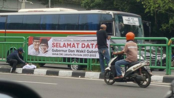 Warga Jakarta memasang Spanduk Selamat datang Gubernur Baru DKI Jakarta. Foto Istimewa