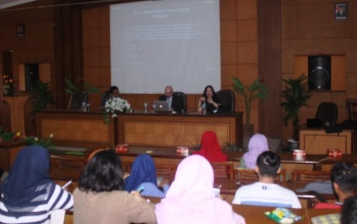 Penyampaian materi Perkuliahan tamu untuk mahasiswa diselenggarakan Prodi PBI FKIP UMK. Foto Rosidi/ Humas UMK