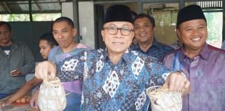 Ketua MPR RI, Zulkifli Hasan, saat berada di Sentra Pembuatan Tahu Sumedang Sari Bumi (Dok. Humas MPR).