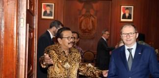 Gubernur Jatim Soekarwo saat menerima kunjungan H.E Mr. Jean-Charles Berthonnet, Duta Besar Perancis untuk Indonesia di Gedung Negara Grahadi Surabaya, Jum'at (9/6/2017). Foto Tri Wahyudi