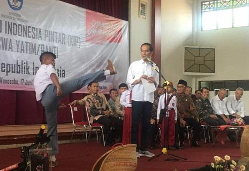 Jokowi serahkan langsung KIP kepada para siswa yatim-panti di gedung Sasana Adipura Kencana, Wonosobo, Jawa Tengah, Sabtu (17/6/2017). Foto: Dok. Humas Kemendikbud