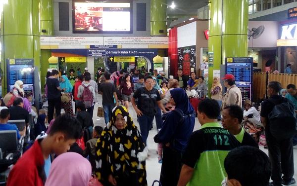 Lonjakan Pemudik Dari Stasiun Gambir/Foto Andika/Nusantaranews