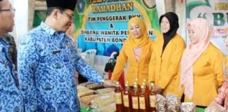 BANTU SESAMA: Sekda Bondowoso, Hidayat meninjau sembako yang dijual di Pasar Murah. Foto Saphan