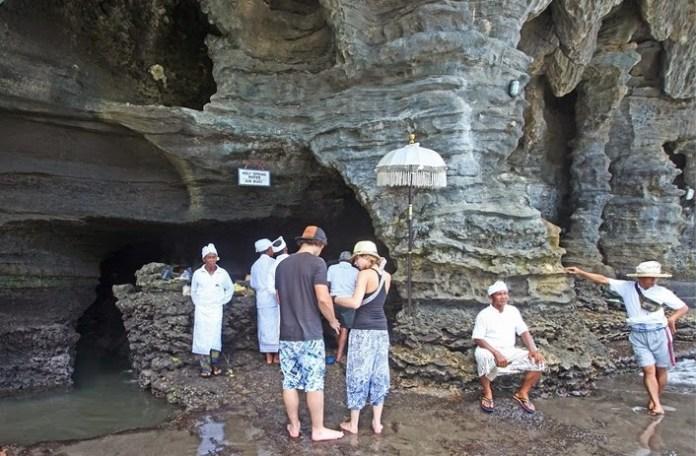 Wisatawan Mancanegara Berkunjung ke Pura Tanah Lot Bali/Foto via gayadigital/Nusantaranews