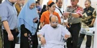 Novel Baswedan didampingi dokter KPK selama jalani perawatan di RS Singapura. (Foto: Istimewa)
