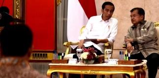 Presiden RI Joko Widodo dan Wakil Presiden Jusuf Kalla di sela-sela acara Sidang Kabinet Paripurna, di Istana Negara, Jakarta, pada Senin, 24 Juli 2017. Foto: Dok. Sekretarian Kepresidenan