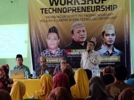 Hasan Chabibie saat mengisi Workshop Technopreneurship oleh Pustekkom Kemdikbud RI di Ponpes Al-Islah, Kadilangu, Trangkil, Pati, Sabtu (26/08/2017). Foto Abdullah/ NusantaraNews.co