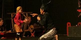 Wayang Klithik Wonosoco tempil prima dalam panggung Teater Kudus di Auditorium Universitas Muria Kudus, Rabu (23/8/2017) malam. Foto Saliem Subandino/ NusantaraNews.co