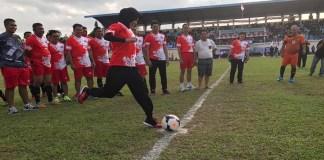 Bupati Nunukan, Asmin Laura Hafid menendang bola sebagai pertanda diresmikanya Turnamen Sepakbola TNI Cup -1. (Foto: Istimewa)