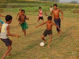 Anak-anak main bola (ilustrasi). Foto: Dok. Dagelan.co