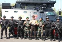 Para aparat keamanan yang terdiri dari Kodim 0803/Madiun, Yonif Para Raider 501/BY, Denpom V/1 Madiun, Polres Madiun, Brimob Polda Jatim usai gelar Apel Gelar Pasukan dalam rangka Operasi Aman Suro 1438 H/ 2017, Selasa (19/9/2017). Foto Timbul M/ NusantaraNews.co