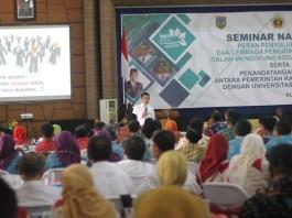 Bupati Kudus H Musthofa menyampaikan materi dalam seminar yang diselenggarakan di UMK, Jumat kemarin. Foto Dok Humas UMK/ Nusantaranews.co