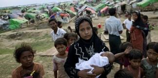 Seorang wanita menggendong anaknya di kamp pengungsian untuk warga Rohingya. (Foto: AP)