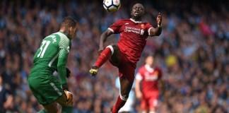Momen Sadio Mane mendaratkan kakinya di kepala Ederson Moraes yang membuat wasit Jon Moss mengeluarkan kartu merah pada laga Manchester City kontra Liverpool pada Sabtu (9/9) malam WIB. (Foto: Sky Sports)