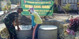 Babinsa Koramil 0812/07 Bluluk Serma Sugeng melanjutkan kegiatan program Jambanisasi (Sanitasi). Foto Penrem 082/CPYJ/Candra Yuniarti/ NusantaraNews