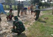 Sebagai bukti nyata Kemanunggalan TNI, Koramil Lamongan kerja bhakti bersama masyarakat memperbaikin jalan rusak. (Foto: Penrem/Istimewa)