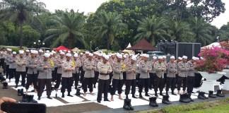 Aparat Keamanan Sholat Berjamaah di sela menjaga Massa Aksi Tolak Perppu Ormas di Komplek DPR. Foto Ucok AL Ayubbi/ NusantaraNews
