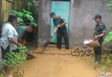 Anggota Koramil 0818/16 Sumawe bersama warga membersihkan rumah warga yang terkena lumpur banjir Rob. Foto Pendam V Brawijaya/ NusantaraNews