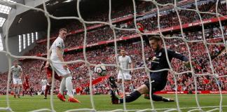 Momen kiper Manchester United, De Gea menyelamatkan bola sepakan Joel Matip dengan kakinya saat Liverpool kontra United di Anfield pada Sabtu 914/10) malam. (Foto: Reuters)